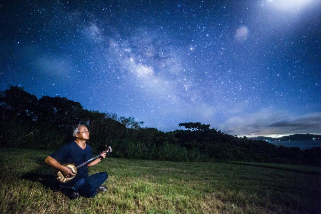 流れ星の丘星空ツアーで演奏する地元の三線先生